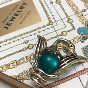 Jewelry - Super cute swan brooch